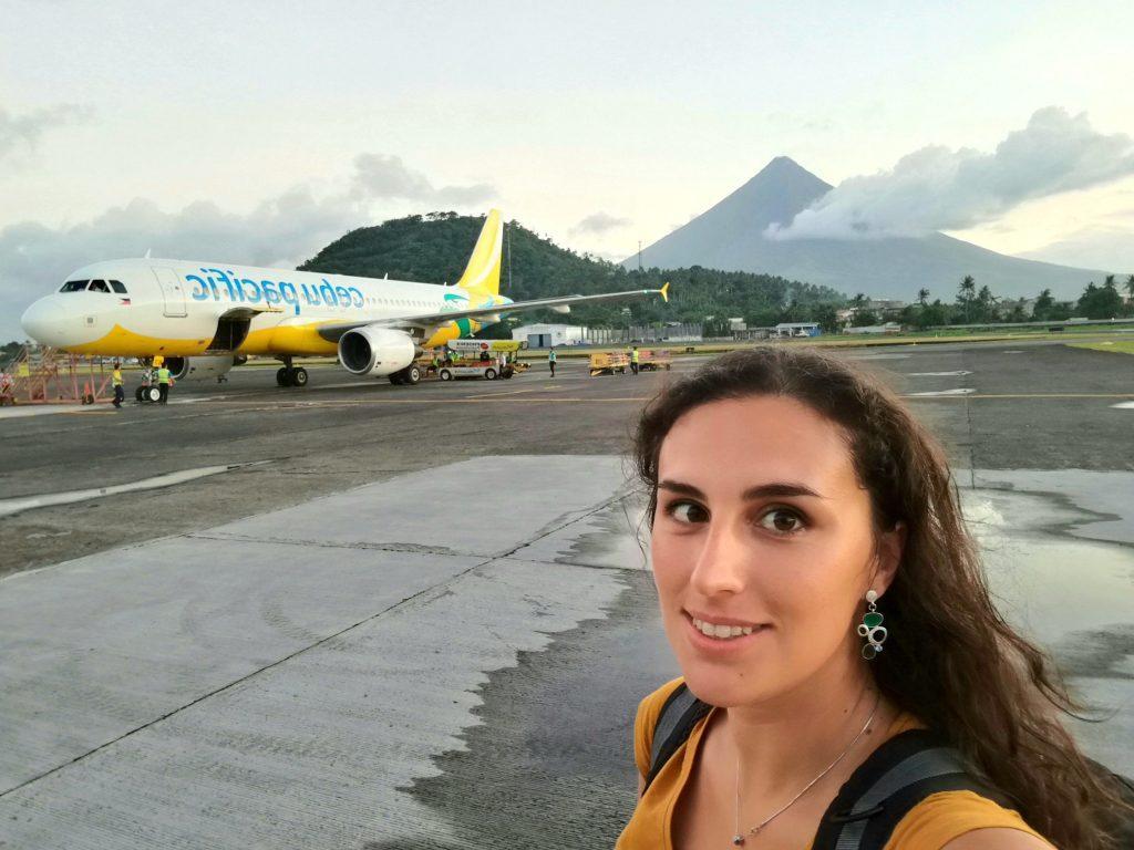 Moi sur le tarmac de Legazpi, avec le volcan Mayon