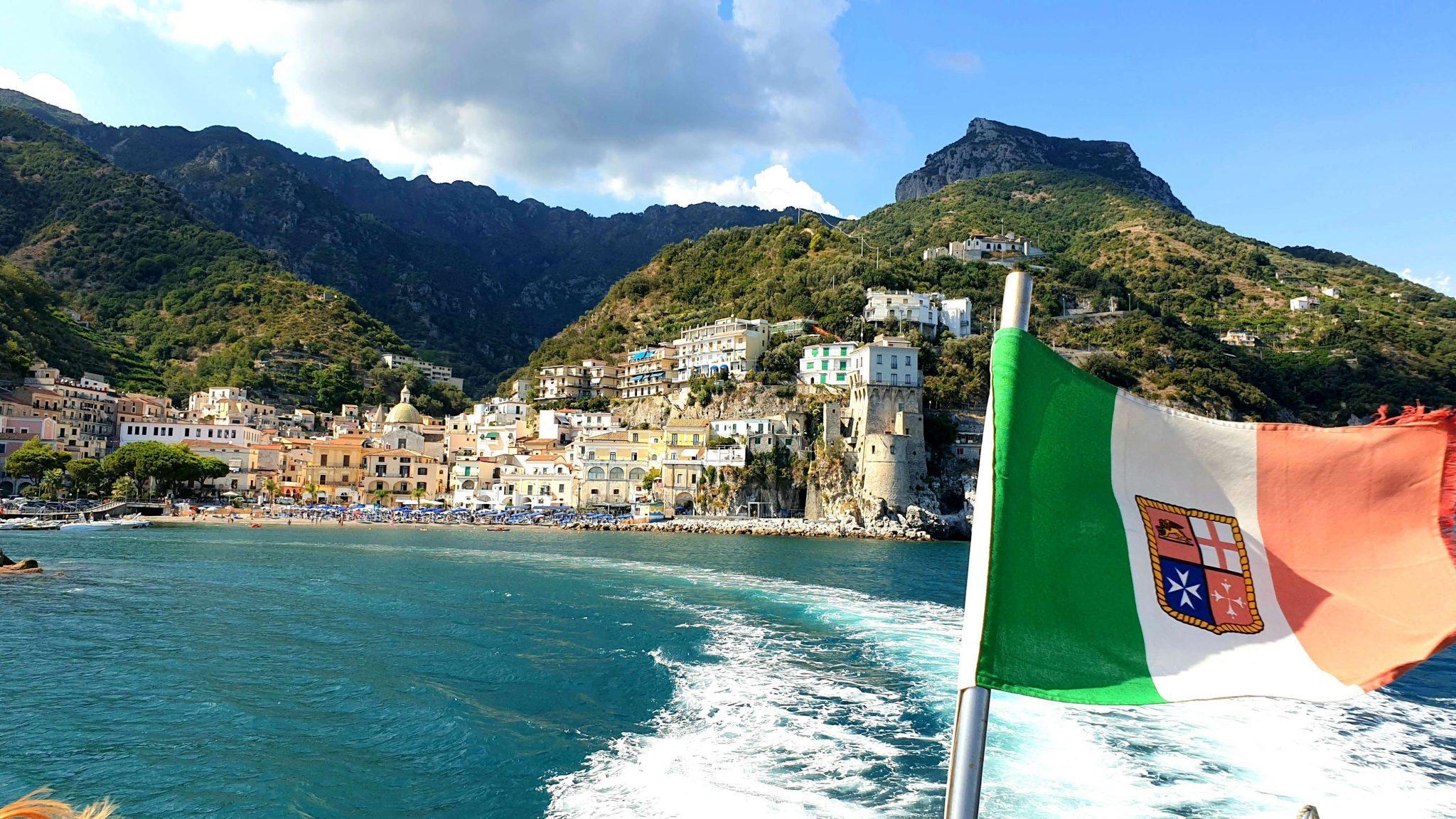 Bateau et drapeau italien sur la Côté Amalfitaine